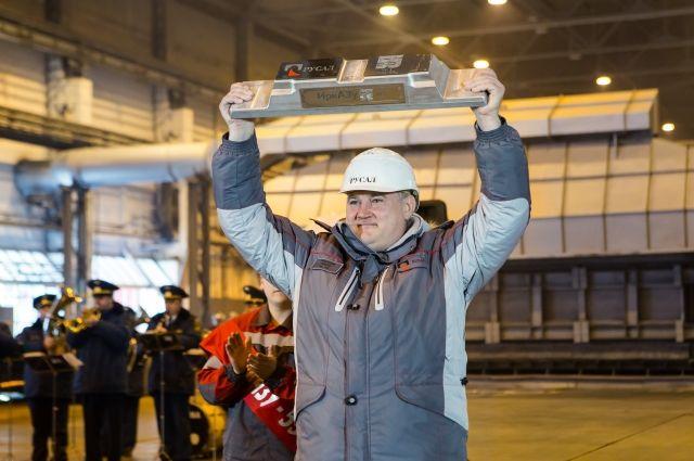 Генеральный директор завода Олег Буц с гордостью демонстрирует юбилейный «слиток».