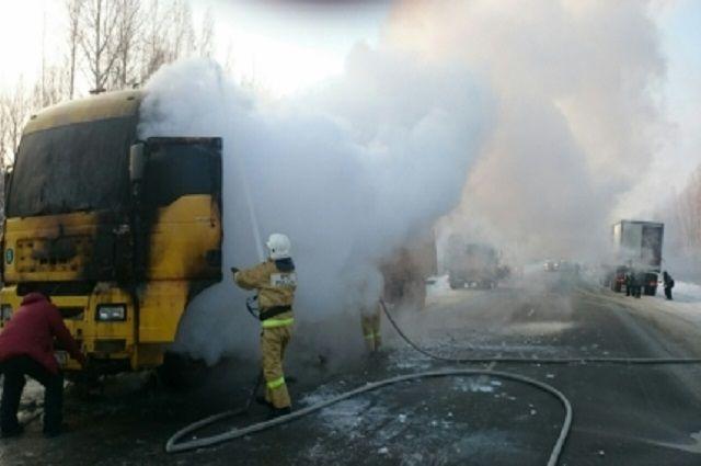 Натрассе Тюмень— Ханты— Мансийск горел грузовой автомобиль