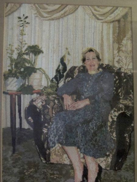 Эту картину Надежда Михайловна специально вышила для своей подруги.