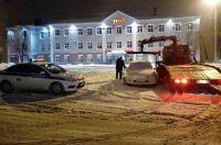 Припаркованные автомобили мешают уборке снега.