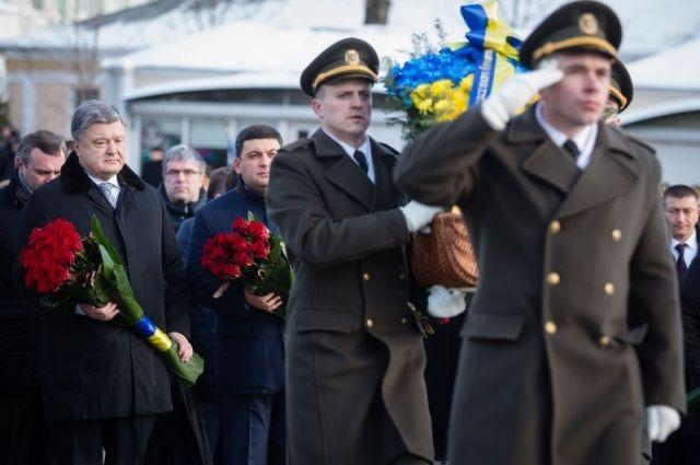 Воины почетного караула отсалютовали шестью залпами, прозвучал государственный гимн Украины