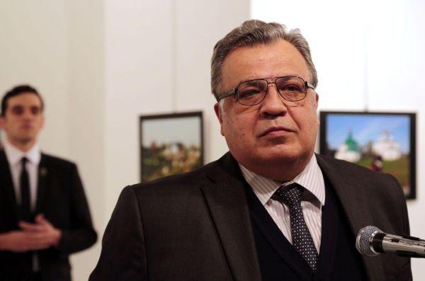 Мы бы назвали это фото «За момент до...». На изображении видно, что русский посол в Турции спокойно стоит, не подозревая, что сзади него стоит тот, кто вот-вот его убьет. Первое место среди фотоисторий в категории «Фото с места событий»