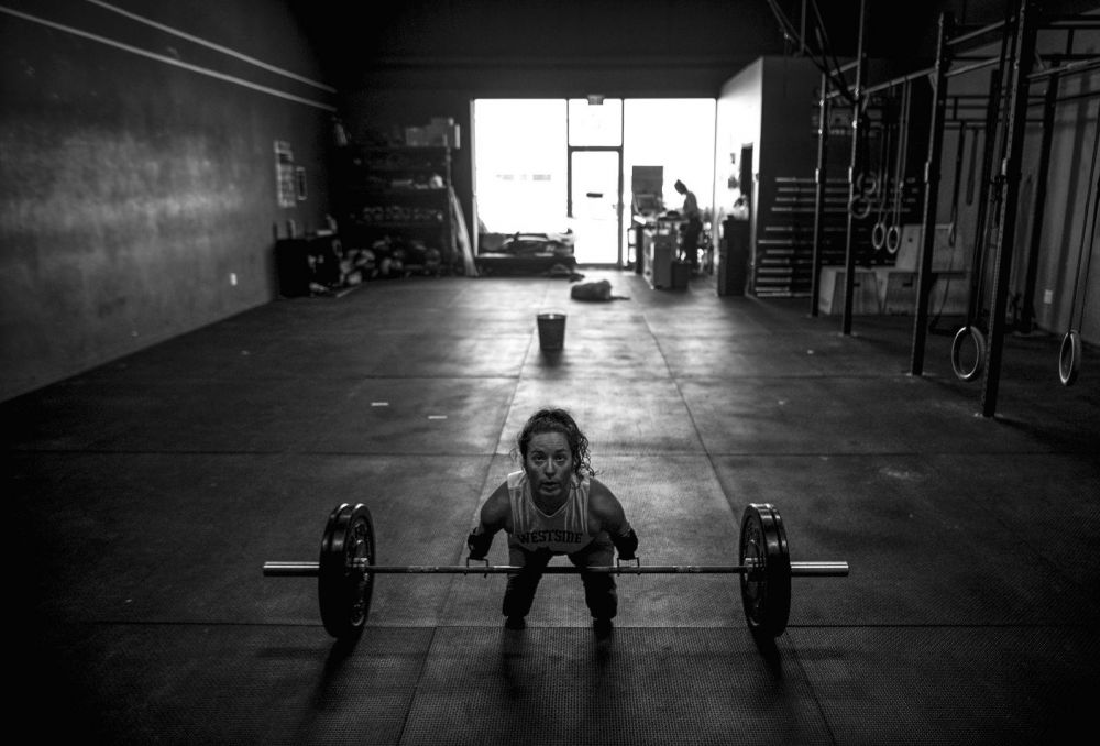 Потрясающая фотоистория о женщине без рук и ног, которая поднимает тяжелый вес с помощью специальных конструкций, заняла третье место в категории «Спорт»