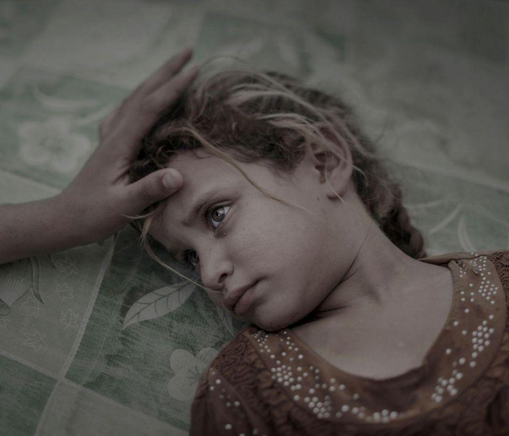Фотограф, который сделал этот снимок очень талантлив потому, что передал через взгляд 5-летней девочки ее же слова о том, что она ни о чем больше не мечтает и ничего не боится. Фото, сделанное недалеко от Мосула, в лагере для сирийских беженцев, заняло первое место в категории «Люди»