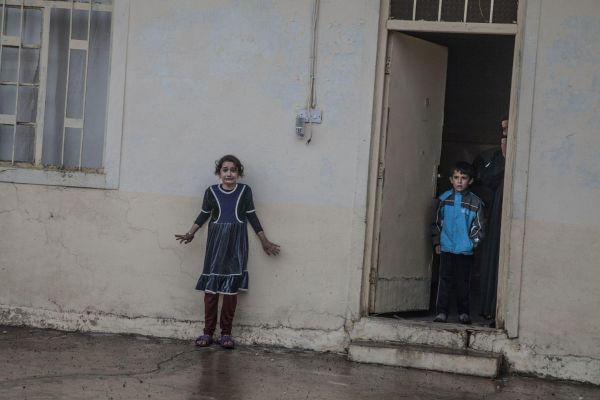 Фото сделано во время обысков домов в восточном районе Мосула, в Сирии, на предмет нахождения в них членов ИГИЛ. Снимок занял первое место в категории «Главные новости»