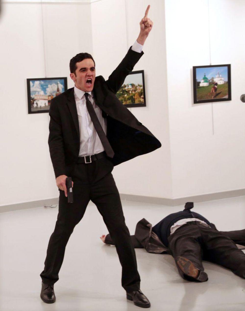 Победителем всего фотоконкурса от World Press Photo стало изображение убийцы, который только что застрелил русского посла в Турции.