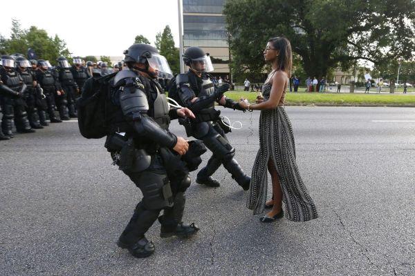 Это фото заняло первое место в категории «Проблемы современности». Такое ощущение, что полиция побаивается одинокую активистку, которая протестует против полицейского насилия