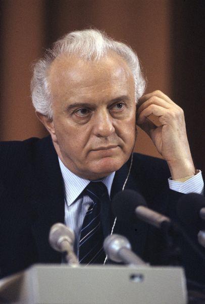 Эдуард Шеварнадзе (1985-1990 годы). Он сыграл значительную роль в улучшении отношений СССР с западным миром, приведшем в итоге к прекращению Холодной войны, за что завоевал большую популярность на Западе наравне с Горбачевым. В январе 1986 года, в ходе визита в Пхеньян, Шеварднадзе подписал Договор между СССР и КНДР о разграничении экономической зоны и континентального шельфа, а также Договор о взаимных поездках граждан СССР и КНДР.