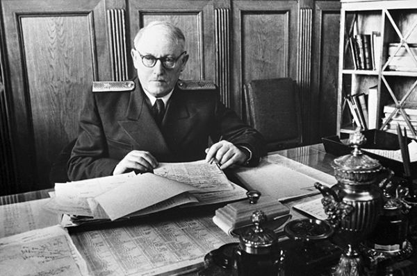 Андрей Вышинский (1949-1953 годы). На это время пришлась война в Корее. Одним из первых его достижений на посту была договоренность с Великобританией, США и Францией о снятии советской блокады Западного Берлина.
