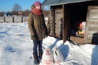 Кристина Кригер рядом с баней в деревне Морино