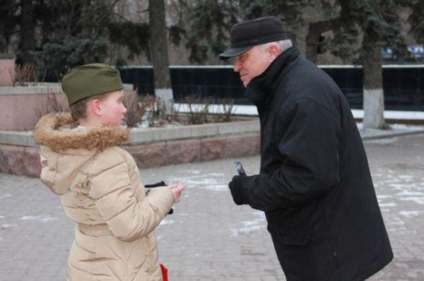 Прохожие просили открытки для своих родных и близких, дарили в ответ свои улыбки и говорили спасибо за неожиданное тёплое поздравление, подаренное в зимний морозный день.