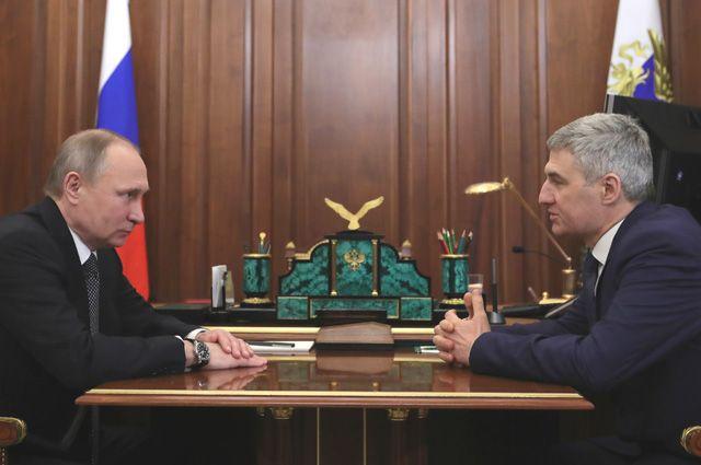 Владимир Путин и врио главы Республики Карелия Артур Парфёнчиков (справа).