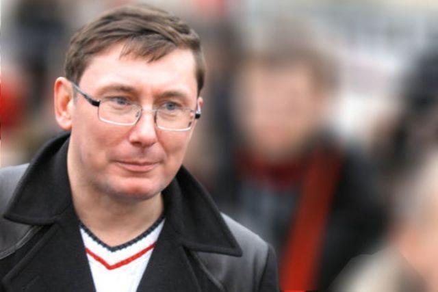 В.Янукович написал два письма овведении войск— Ю.Луценко