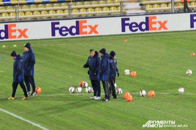 Перед игрой со «Спартой» футболисты «Ростова» тренировались c оранжевыми мячами.