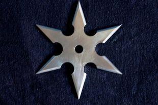 У кузбассовца изъяли самодельный нож и металлические звезды по типу сюрикенов.