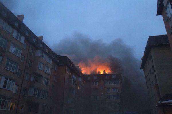 Фото пожара в Музыкальном микрорайоне Краснодара, сделанное в первые минуты возгорания. Сигнал о пожаре поступил в оперативные службы в 17.55 15 февраля.