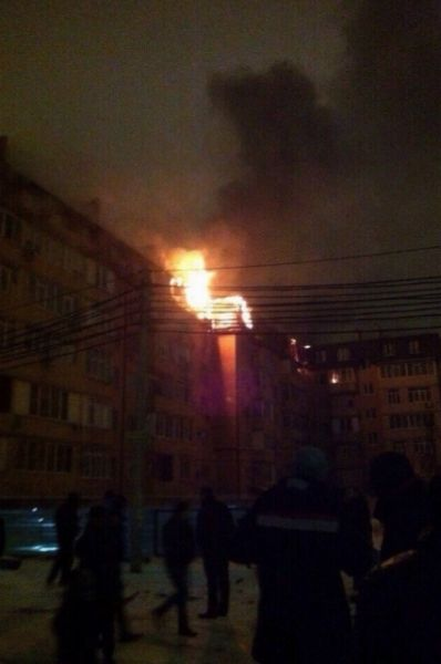 Быстро потушить пламя не удавалось, хотя пожарные выехали на место происшествия сразу же после получения информации о возгорании.