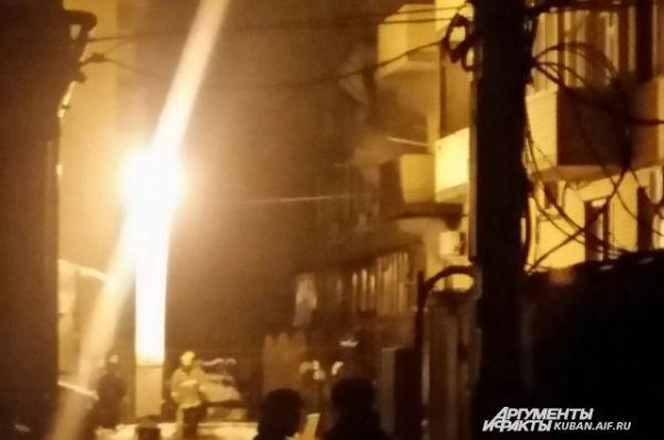 А полностью потушить пламя на площади 1500 квадратных метров смогли только  в 00.33 16 февраля.