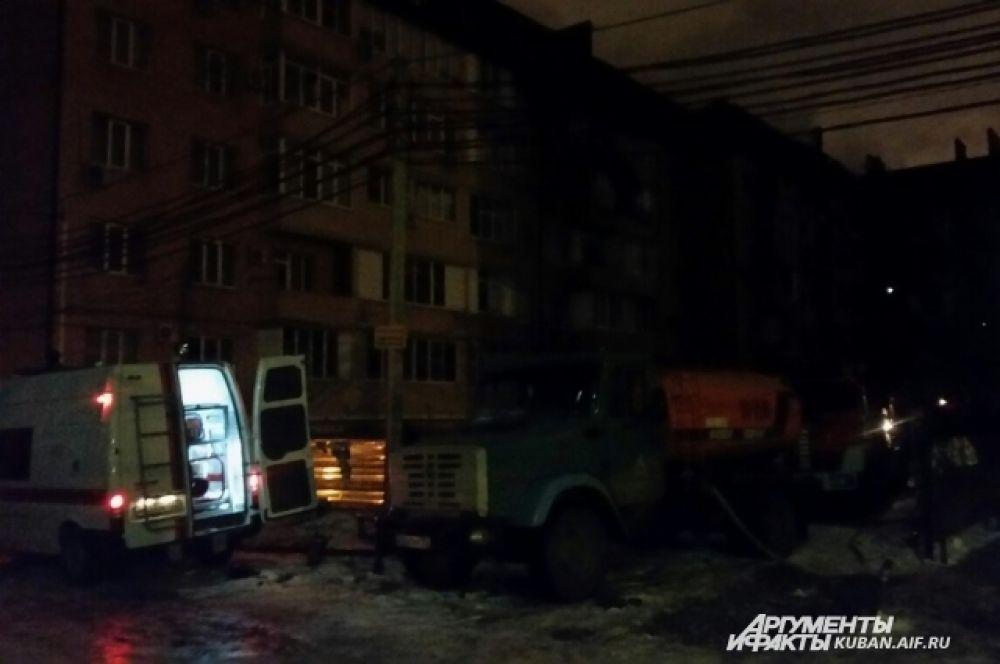 На место происшествия прибыли машины скорой помощи, но, к счастью, медицинская помощь жильцам не потребовалась.