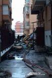 Груды сгоревшего материала на месте происшествия.