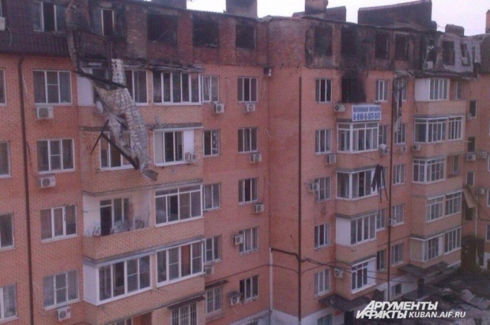 Во время пожара из здания эвакуировали около 200 жильцов. Сейчас жители сгоревших квартир временно расселены в гостиницах, а те, у кого жилье осталось целым, вернулись домой.