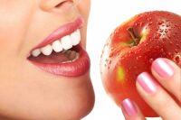Медики советуют употреблять в пищу побольше яблок, поскольку яблочная кислота, входящая в их состав, делает эмаль крепче