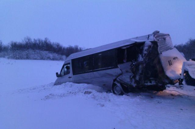 В Шарлыкском районе столкнулись два пассажирских автобуса из Кыргызстана
