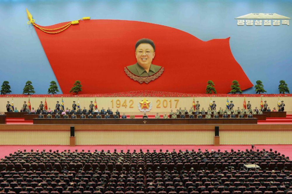 Северокорейский лидер Ким Чен Ын посетил мемориальный мавзолей «Кымсусан» в Пхеньяне, чтобы воздать должное покойному лидеру, 16 февраля 2017 год.