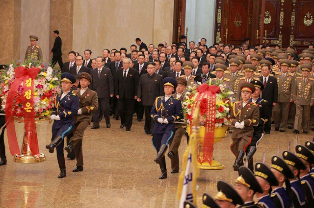 Военный караул возложил к телам бывших вождей вазы с букетами цветов.
