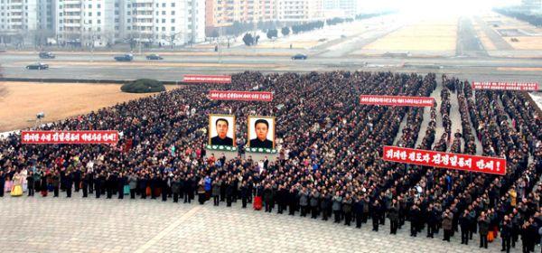 В годы правления Ким Чен Ира в Северной Корее продолжалась политика прославления и обожествления его личности, характерная и для времени правления его отца. Портреты Ким Чен Ира украшают все общественные учреждения, а любая критика в адрес руководителя карается тюремным заключением. На фото: митинг по случаю 68-й день рождения лидера КНДР, 2010 год.