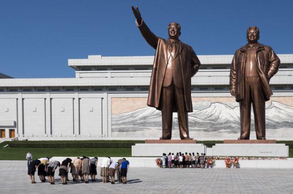 С момента смерти отца Ким Чен Ир фактически руководил страной и ТПК, курировал экономику, культуру и национальную оборону, руководил осуществлением ядерной программы страны, определял политику в отношении Южной Кореи. На фото: монумент Ким Ир Сену и Ким Чен Иру в Пхеньяне.