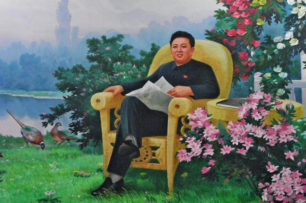 Согласно официальной биографии Ким Чен Ир родился в бревенчатой хижине в тайном партизанском лагере у пика Чансубон, возле самой высокой и почитаемой горы Северной Кореи — Пэктусан, и в этот момент на небе появились двойная радуга и яркая звезда. На фото: один из официальных портретов Ким Чен Ира.