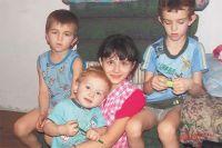 Юля с братьями - Сашей, Кириллом и Арсением.