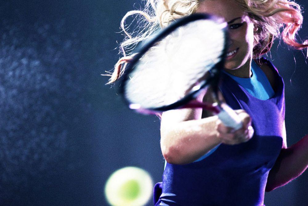 Самая высокая скорость подачи мяча среди женщин у Сабины Катарины Лисицки из Германии. Скорость полета мяча - 210.8 км/час!
