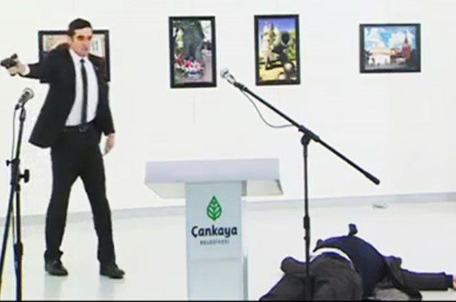 Момент покушения на российского посла в Турции Андрея Карлова.