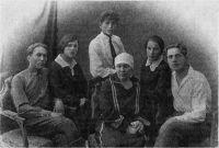 Пелагея Камишкерцева (в центре), Александр Чапаев (крайний слева), Аркадий Чапаев (стоит за Камишкерцевой), Клавдия Чапаева (справа от Камишкерцевой).