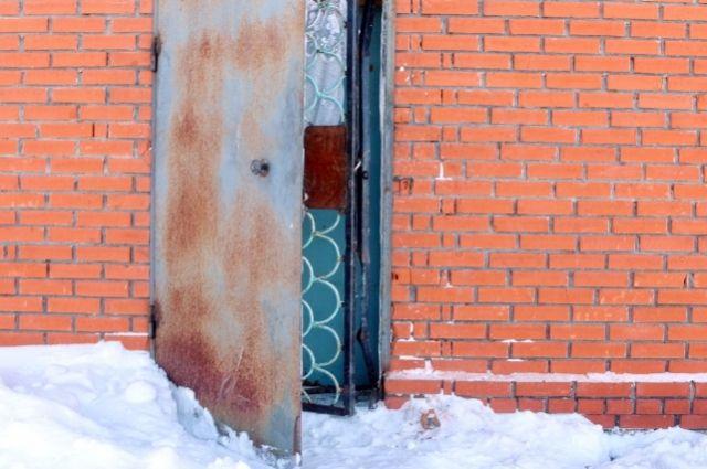 Воры сбили замок с двери.