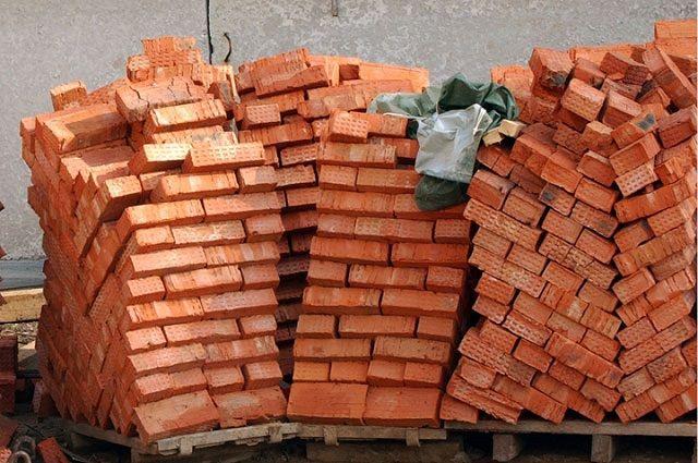 Настройплощадке вПетербурге рабочего раздавила палетта скирпичами