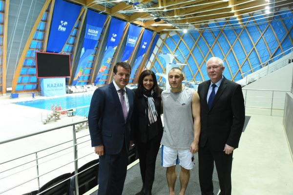Мэр Парижа познакомилась с казанскими пловцами во Дворце водных видов спорта.