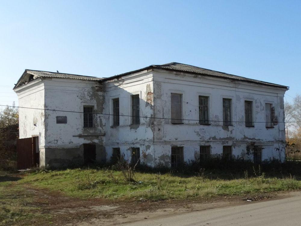 До революции это был дом священника, после - дворец пионеров.