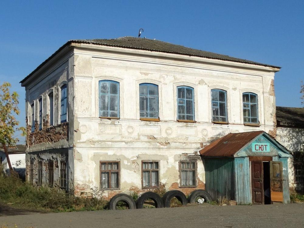 Бывшее здание торговцев Калининых. В советское время здесь был банк, типография.