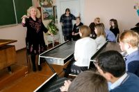 Ирина Трусова преподала школьникам урок вокала.