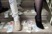 Пока мужчины в кризис чешут затылки, женщины находят способ заработать деньги, которые лежат буквально под ногами.