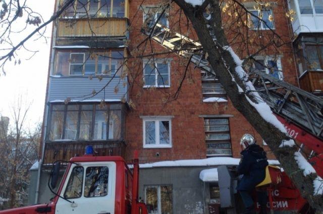 84-летняя пенсионерка попробовала выброситься сбалкона пятиэтажки вНижнем Новгороде