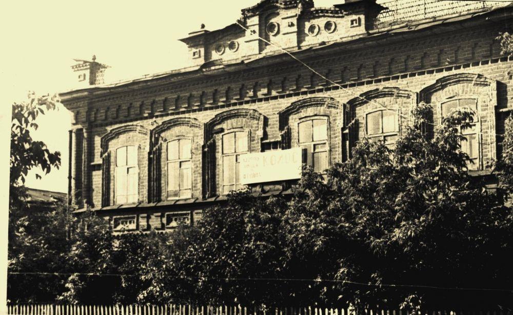 До 1917 года - дом купца Брагина, до 1969 года - райисполком, после - школа, интернат.