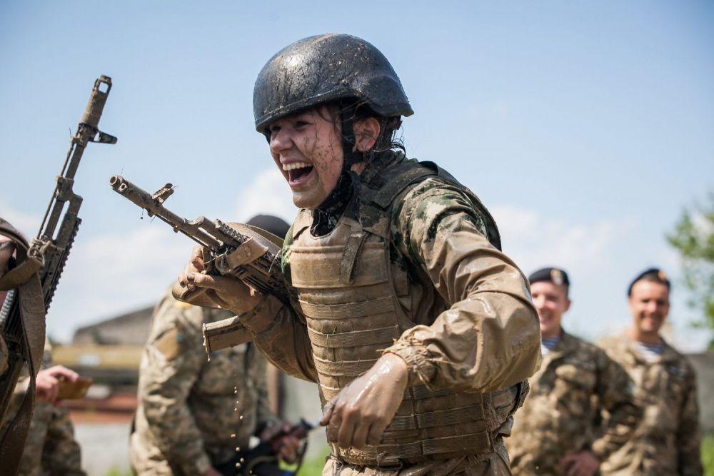 Девушка-военная улыбается во время бега с препятствиями. Фото из номинации «Люди»
