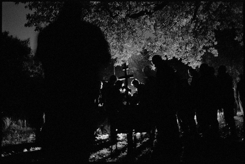 В номинации «Вместе» наш выбор остановился на фото, на котором отпевают погибшего бойца из добровольческого корпуса