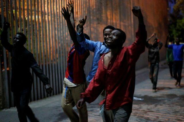 Виспанскую Сеуту прорвались около 500 беженцев изАфрики
