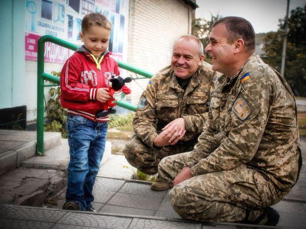 Также в этой номинации нам понравилось фото, на котором военные улыбаются, глядя на ребенка, которому, судя по всему, подарили игрушку