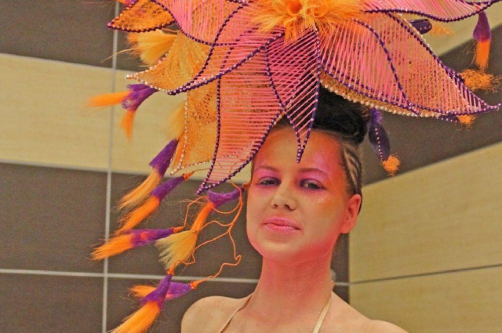 Центральным событием выставки «Шарм» стал полуфинал 23-го чемпионата России по парикмахерскому искусству, декоративной косметике и маникюру.
